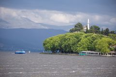 Ioannina miasta dok Pamvotis w wiosna deszczowym dniu Greece i jezioro obraz stock