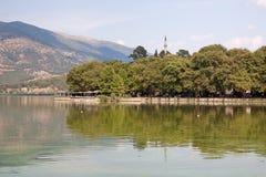 Ioannina-Ufergegend lizenzfreie stockfotografie