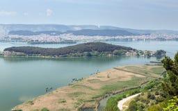 Ioannina y lago Pamvotis, Nissaki en el primero plano, Grecia Imagenes de archivo