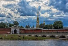 18 06 2018: Ioannovsky bro till den Peter och Paul fästningen in Fotografering för Bildbyråer