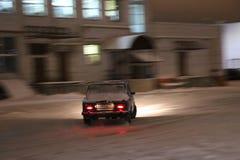 IOCHKAR-OLA, RUSSIE - 8 DÉCEMBRE 2017 : En s'exerçant dans les dérives guidées sur la neige, glace et des congères dans des chute Photo libre de droits