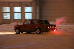 IOCHKAR-OLA, RUSSIE - 8 DÉCEMBRE 2017 : En s'exerçant dans les dérives guidées sur la neige, glace et des congères dans des chute Images stock
