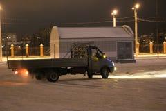 IOCHKAR-OLA, RUSSIE - 8 DÉCEMBRE 2017 : En s'exerçant dans les dérives guidées sur la neige, glace et des congères dans des chute Photographie stock