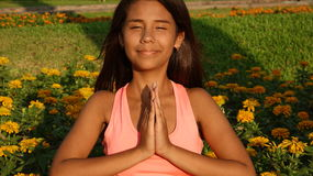 Ioga adolescente ou rezar da menina Fotografia de Stock