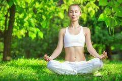 Ioga ao ar livre Mulher que medita em Lotus Position Conceito do ele Imagens de Stock
