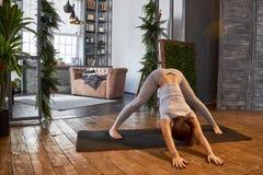 Ioga avançada praticando da mulher na sala de visitas em casa Uma série de poses da ioga Fotografia de Stock Royalty Free