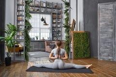 Ioga avançada praticando da mulher na sala de visitas em casa Uma série de poses da ioga Fotografia de Stock