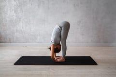 Ioga avançada praticando da mulher Uma série de poses da ioga Fotos de Stock