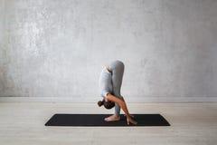 Ioga avançada praticando da mulher Uma série de poses da ioga Fotografia de Stock