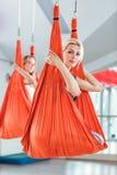 Ioga da mosca ioga antigravitante de duas práticas das mulheres com rede fotos de stock royalty free