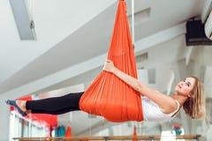 Ioga da mosca A jovem mulher pratica a ioga antigravitante com rede imagens de stock royalty free