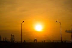 Ioga da mulher no por do sol Fotos de Stock