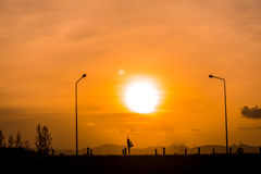 Ioga da mulher no por do sol (silhueta) Foto de Stock