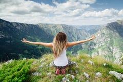A ioga da mulher relaxa na extremidade da terra em paisagem fascinante Fotografia de Stock Royalty Free