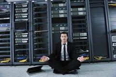 Ioga da prática do homem de negócio no quarto do server de rede Fotografia de Stock Royalty Free