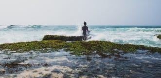 Ioga da prática da mulher no beira-mar foto de stock