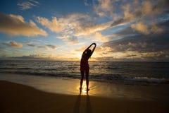 Ioga da praia Imagens de Stock Royalty Free