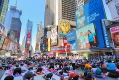 Ioga da rua no Times Square imagem de stock royalty free