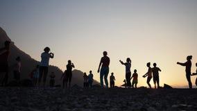 Ioga da silhueta do nascer do sol na praia Turquia filme
