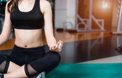 Ioga de assento da meditação do estilo de vida da jovem mulher foto de stock