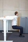 Ioga do escritório - homem de negócio que exercita na mesa alta Imagens de Stock
