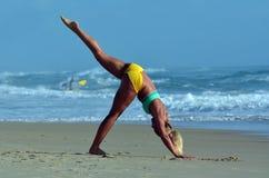Ioga do exercício da mulher na praia Fotografia de Stock Royalty Free