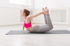 Ioga do treinamento da mulher na pose da curva imagens de stock