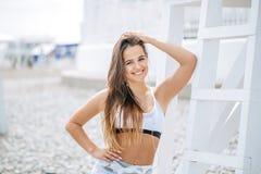 Ioga do treinamento da mulher na praia no por do sol imagens de stock