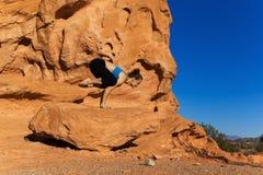 Ioga exterior na rocha Fotos de Stock Royalty Free