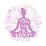 A ioga fá-lo florescer A ilustração do vetor da mulher que medita na pose dos lótus com garatuja floresce atrás e rotulação da mã ilustração royalty free