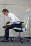 Ioga na cadeira no escritório - exercício do homem de negócio Imagens de Stock Royalty Free