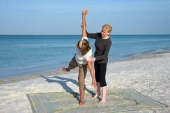 Ioga na praia Imagens de Stock Royalty Free