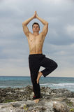 Ioga na praia Imagem de Stock Royalty Free