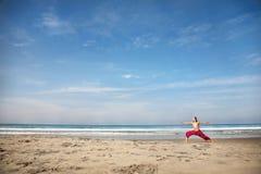 Ioga na praia Imagem de Stock