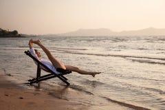 Ioga na praia Fotografia de Stock