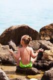 Ioga na praia Imagens de Stock