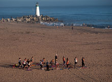 Ioga na praia Fotografia de Stock Royalty Free