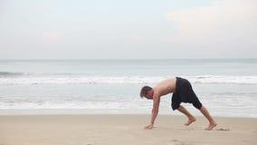 Ioga na praia video estoque