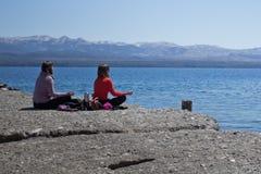 Ioga no lado do lago Caminhando a aventura em San Carlos de Bariloc Fotos de Stock