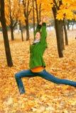 Ioga no parque do outono Foto de Stock Royalty Free