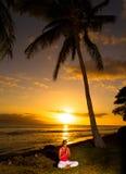 Ioga pelo oceano Imagens de Stock