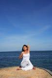 Ioga por Mar Fotos de Stock