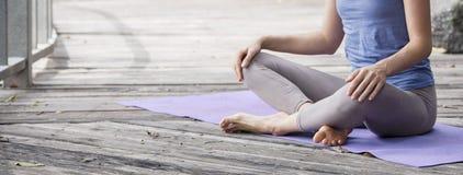 Ioga praticando da jovem mulher durante a retirada da ioga em Ásia, Bali, meditação, abrandamento no templo abandonado