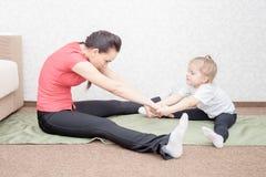 Ioga praticando da mãe e da filha Imagem de Stock Royalty Free