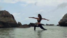 Ioga praticando da mulher asiática no mar vídeos de arquivo