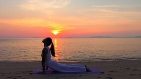 Ioga praticando da mulher asiática no mar do por do sol video estoque
