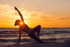 Ioga praticando da mulher caucasiano da aptidão Fotografia de Stock Royalty Free