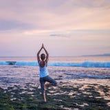 Ioga praticando da mulher caucasiano no litoral fotografia de stock royalty free