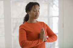 Ioga praticando da mulher consideravelmente preta Fotografia de Stock Royalty Free