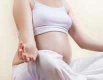 Ioga praticando da mulher gravida Fotografia de Stock Royalty Free